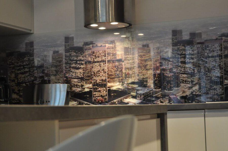 Powiew szyku w Twoim domu. 4 zalety szkła hartowanego do kuchni