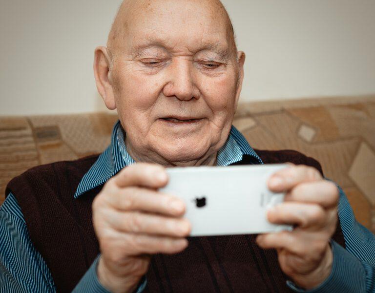 Jak dostosować e-sklep do potrzeb seniorów i być o krok przed konkurencją?